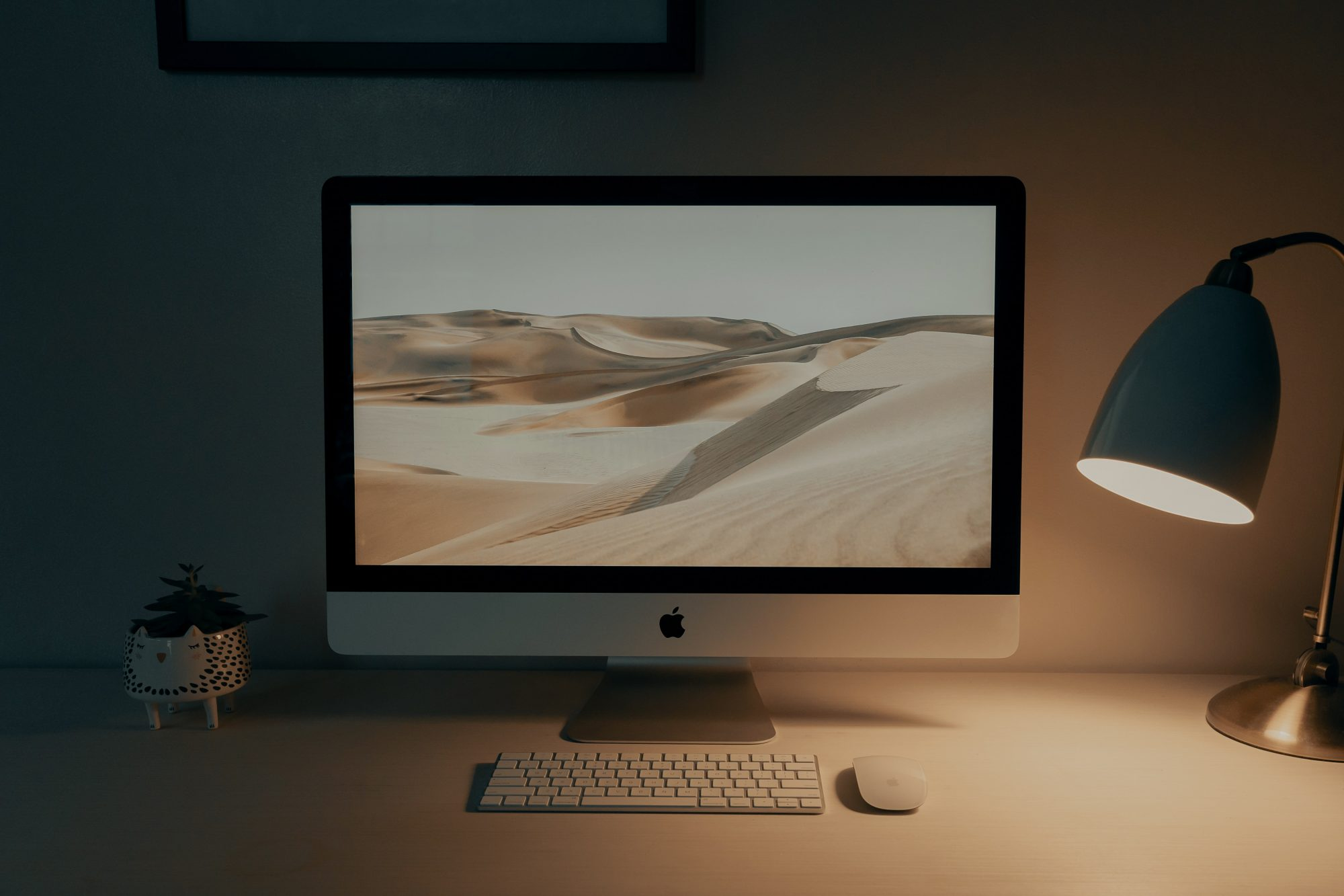 free iMac on a table mockup preview